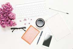Lieu de travail avec des verres de crayon de stylo de carnet de café de téléphone de clavier lilas Images stock
