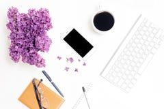 Lieu de travail avec des verres de stylo de crayon de carnet de café de téléphone de clavier lilas Photographie stock libre de droits