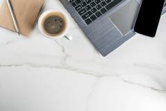 Lieu de travail avec l'ordinateur portable Image libre de droits