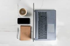 Lieu de travail avec l'ordinateur portable Photo stock