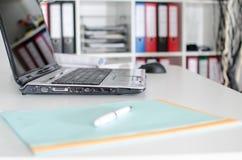 Lieu de travail avec l'ordinateur portable Photo libre de droits
