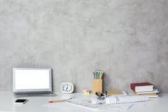 Lieu de travail avec l'ordinateur portable blanc vide Photo libre de droits