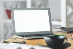 Lieu de travail avec l'ordinateur portable blanc vide Photos stock