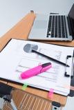 Lieu de travail avec l'ordinateur portable et les papiers Photographie stock