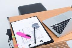 Lieu de travail avec l'ordinateur portable et les papiers Photos libres de droits