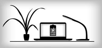 Lieu de travail avec l'ordinateur portable, la lampe et l'usine Photographie stock