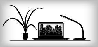 Lieu de travail avec l'ordinateur portable, la lampe et l'usine Images libres de droits