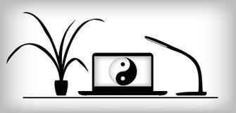 Lieu de travail avec l'ordinateur portable, la lampe et l'usine Photo stock