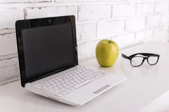 Lieu de travail avec l'ordinateur portable moderne à la maison ou dans le bureau Photo stock