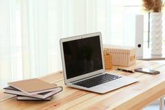Lieu de travail avec l'ordinateur portable moderne Images stock