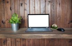 Lieu de travail avec l'ordinateur portable ouvert pour le travail à distance dans le style rustique Copiez l'espace Photographie stock