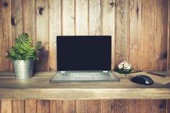 Lieu de travail avec l'ordinateur portable ouvert pour le travail à distance dans le style rustique Copiez l'espace Concept d'ind Photo libre de droits