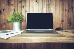 Lieu de travail avec l'ordinateur portable ouvert pour le travail à distance dans le style rustique Copiez l'espace Concept d'ind Photographie stock