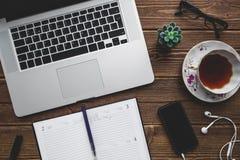Lieu de travail avec l'ordinateur portable sur la table en bois Photographie stock libre de droits