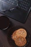 Lieu de travail avec l'ordinateur portable, tasse de café chaud, Images libres de droits
