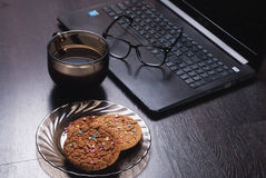Lieu de travail avec l'ordinateur portable, tasse de café chaud, Photos libres de droits