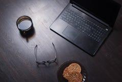 Lieu de travail avec l'ordinateur portable, tasse de café chaud, Photo stock
