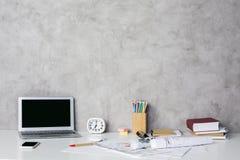 Lieu de travail avec l'ordinateur portable vide Photos libres de droits