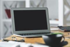 Lieu de travail avec l'ordinateur portable vide Photographie stock