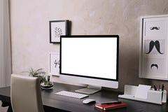 Lieu de travail avec l'ordinateur sur la table dans la chambre Images libres de droits