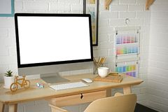 Lieu de travail avec l'ordinateur sur la table dans la chambre Photo libre de droits