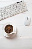 Lieu de travail avec la souris, le café et le clavier Image stock
