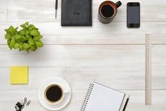 Lieu de travail avec la substance de bureau et la double dose de café Photo stock