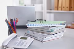 Lieu de travail avec la table de travail confortable d'ordinateur portable de carnet dans le bureau Photos libres de droits