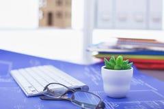 Lieu de travail avec la table de travail confortable d'ordinateur portable de carnet dans le bureau Photo libre de droits