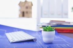 Lieu de travail avec la table de travail confortable d'ordinateur portable de carnet dans le bureau Photos stock