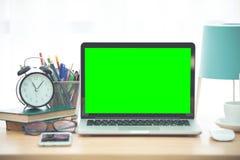 Lieu de travail avec la table de travail confortable d'ordinateur portable de carnet dans le bureau Image stock