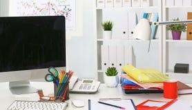 Lieu de travail avec la table de travail confortable d'ordinateur portable de carnet dans le bureau Images libres de droits