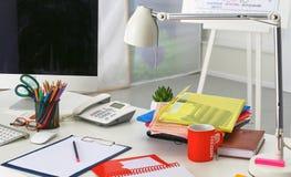 Lieu de travail avec la table de travail confortable d'ordinateur portable de carnet dans le bureau Photographie stock
