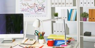 Lieu de travail avec la table de travail confortable d'ordinateur portable de carnet dans le bureau Photo stock