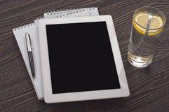Lieu de travail avec la tablette blanche avec un écran vide Image libre de droits
