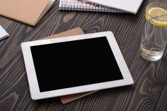 Lieu de travail avec la tablette blanche avec un écran vide Images stock