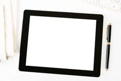 Lieu de travail avec la tablette digitale blanc image stock