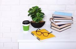 Lieu de travail avec la tasse de café et de substance d'éducation dans la chambre Copiez l'espace et le foyer sélectif Photographie stock libre de droits