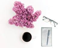 Lieu de travail avec la tasse de verres de stylo de journal intime de café lilas Photos libres de droits