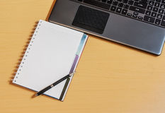 Lieu de travail avec le carnet et le clavier Photos libres de droits
