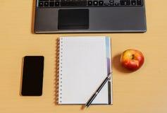 Lieu de travail avec le carnet, le smartphone et le clavier Image stock