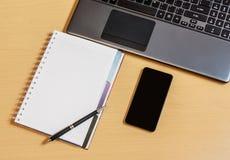 Lieu de travail avec le carnet, le smartphone et le clavier Photos libres de droits
