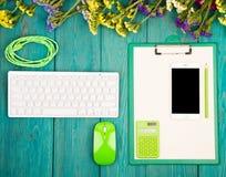 Lieu de travail avec le clavier mince sans fil, souris verte, téléphone intelligent, photos stock