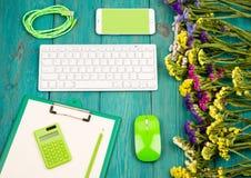 Lieu de travail avec le clavier mince sans fil, souris verte, téléphone intelligent, photo libre de droits