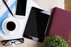 Lieu de travail avec le comprimé et le smartphone Photos stock