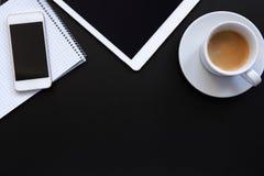 Lieu de travail avec le comprimé, le téléphone et le café Images stock