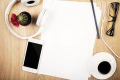 Lieu de travail avec le papier blanc Photos stock