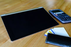 Lieu de travail avec le PC de comprimé, la calculatrice et la carte de visite professionnelle de visite Photographie stock