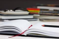 Lieu de travail avec ouvert un journal intime et un crayon d'affaires L'espace vide pour le texte Images libres de droits