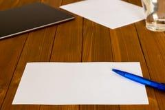 Lieu de travail avec un papier blanc et un crayon Photos stock